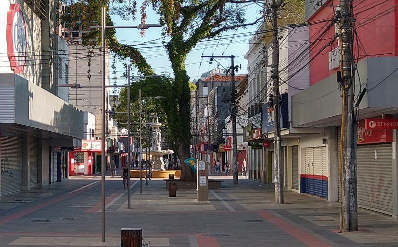 FOTO de ontem à tarde mostra o comércio totalmente fechado em Pelotas