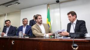 EDUARDO Leite (E) com Ernani Polo, presidente do Parlamento