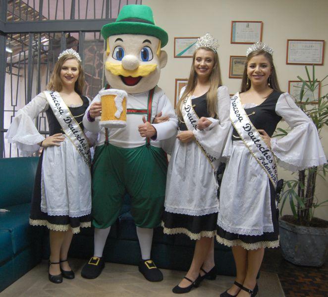 MASCOTE Wilmuth, com a rainha Marina mais as princesas, Julia e Isabele, no Diário da Manhã, divulgam a tradicional festa