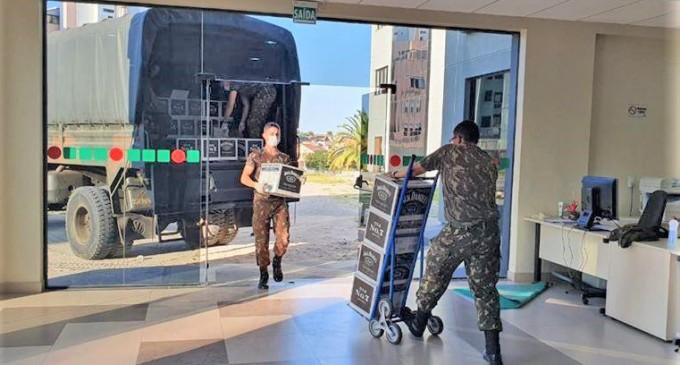 Receita Federal em Pelotas faz doação de mais de 9 mil garrafas de bebidas alcoólicas para transformação em álcool gel