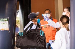 Triagem é realizada em todos que desembarcam dos ônibus intermunicipais. Casos suspeitos são notificados para a Secretaria de Saúde