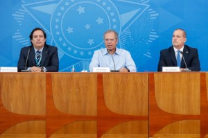Coletiva de imprensa com o ministro da Cidadania, Onyx Lorenzoni, o ministro da Economia, Paulo Guedes, e o presidente da Caixa Econômica Federal, Pedro Guimarães Foto: Alan Santos/PR