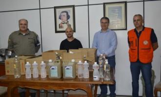 Defesa Civil entrega doação de álcool gel para a BM em Pelotas