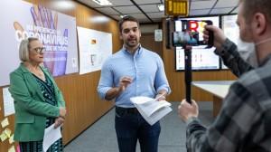 Eduardo anuncia recursos junto com a secretária Arita Bergmann