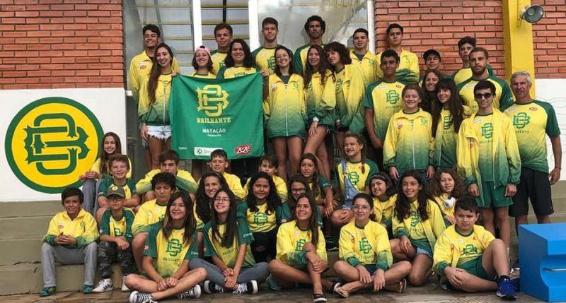 Em foto de 2019, Nico Weymar (à direita), posa com alunos do Brilhante Foto: Divulgação / CB