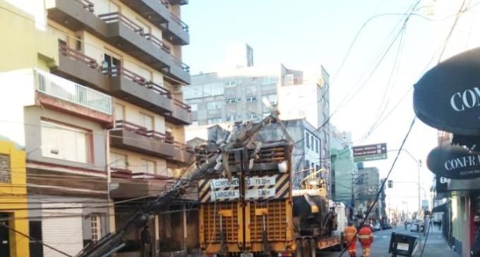Caminhão derruba postes e causa grande estrago