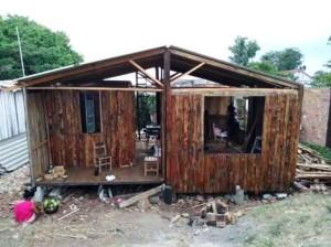 Em mutirão o grupo construiu casa para mãe e filha nas Doquinhas