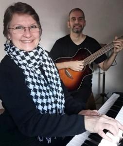 Cláudia Braunstein é acompanhada pelo filho Eduardo