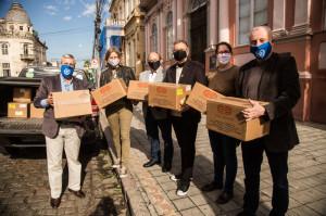 CERCA de 40 sócios se mobilizaram para adquirir toalhas para a unidade, montada no Ginásio do Sesi