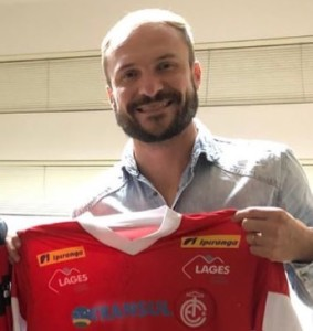 Michel Schmöller com a camisa do Inter de Lages, que ele voltará a defender