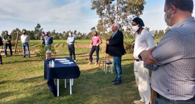 Incra/RS entrega primeiro documento da terra a assentados de Pelotas