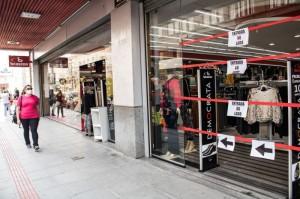 LOJAS estiveram fechadas durante algum tempo o que resultou no encolhimento dos lucros e demissão de funcionários