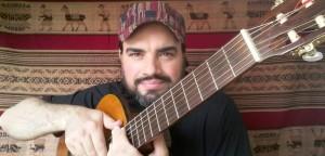 Músico Duglas Bessa adapta o conteúdo conforme a necessidade do aluno