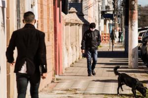 Levantamento do Observatório de Segurança Pública mostra que 31,6% dos contaminados fazem parte de categorias que deveriam permanecer em casa para evitar a progressão da pandemia