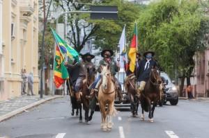 CAVALARIANOS trouxeram a centelha acesa no Sítio Histórico, em Guaíba, até a capital