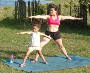 Menina Jordana começando na yoga com a mãe Ariane