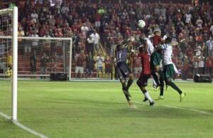Lázaro antecipa a defesa do Manaus e faz o gol da histórica classificação na Copa do Brasil Foto: João Antônio Ferreira