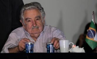 Mujica renuncia ao Senado e deixa política