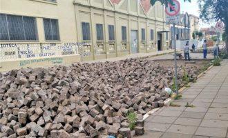 Calçadão da rua Alberto Rosa começa a ser construído pela UFPel