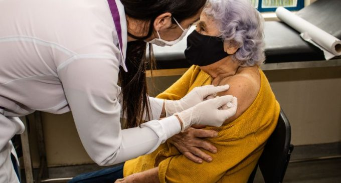 TERCEIRA DOSE : Inicia vacinação de reforço para idosos em instituições da cidade