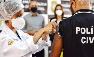 Policiais civis começam a ser  vacinados contra a Covid-19