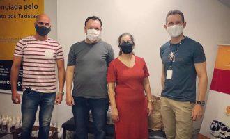 Projeto APP Seguro doa álcool em gel e máscaras ao SindiTaxi
