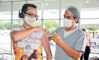 Cidadãos com 29 anos ou mais começam a ser imunizados contra a Covid-19 no sábado (31)
