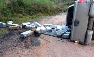 POLÍCIA RODOVIÁRIA  : Picape tomba na BR com  quase 800kg de maconha