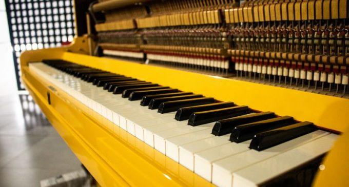 Apac de Pelotas recebe doação de um piano